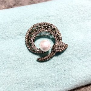 Women's stunning vintage pearl pendant with stones